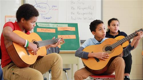 Students learning to lear the classical guitar