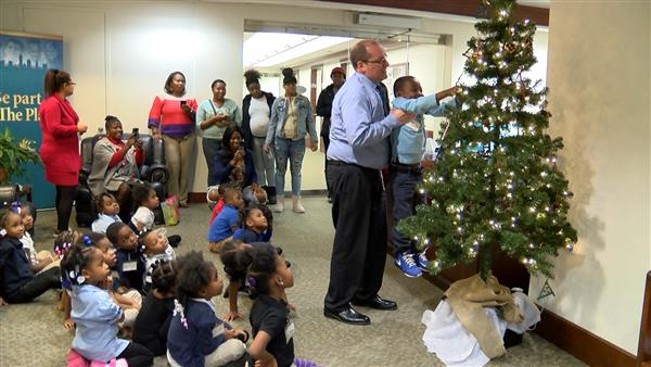 Cleveland preschoolers help decorate CMSD CEO's Christmas Tree